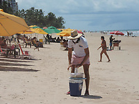 Recife (PE), 26/04/2021 - Comércio-Recife - Movimentação nas praias do Pina e Boa Viagem em Recife onde o comércio foi liberado e lojas têm novos horários. Plano de Convivência com a Covid-19 tem novas regras em vigor a partir desta segunda-feira (26). Antes proibidos, comerciantes podem atuar na faixa de areia em dias úteis.