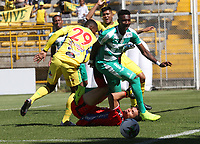 BOGOTÁ - COLOMBIA, 26-01-2019:Hansel Zapata (Izq.) jugador de La Equidad  disputa el balón con Aldair Quintana (Der.) jugador del  Atlético Huila durante partido por la fecha 1 de la Liga Águila I 2019 jugado en el estadio Metropolitano de Techo de la ciudad de Bogotá. /Hansel Zapata (L) player of La Equidad fights the ball  against of Aldair Quintana (R) player of Atletico Huila during the match for the date 1 of the Liga Aguila I 2019 played at the Metroplitano de Techo  stadium in Bogota city. Photo: VizzorImage / Felipe Caicedo / Staff.