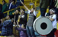 BOGOTÁ -COLOMBIA. 28-03-2014. Aspecto de los  seguidores de Piratas durante el encuentro entre Piratas de Bogotá y Búcaros Freskaleche por la fecha 7 de la  Liga DirecTV de Baloncesto 2014-I de Colombia realizado en el coliseo El Salitre de Bogotá./ Aspect of the supporters of Piratas during the match between Piratas de Bogota and Bucaros Freskaleche for the 7th date of DirecTV Basketball League 2014-I in Colombia at El Salitre coliseum in Bogota. Photo: VizzorImage/ Gabriel Aponte / Staff