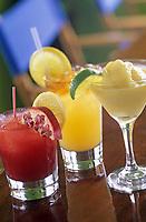 """Iles Bahamas /Ile d'Eleuthera/Harbour Island/ Dunmore Town : Cocktails emblématiques des Bahamas au restaurant de plage """"Sip-Sip"""" au bord de Pink Sand la célèbre plage de sable rose. Coktail a base de Rhum : Rum Punch-Red Passion Punch ou de tequila : Mango margarita // Bahamas Islands / Eleuthera Island / Harbor Island / Dunmore Town: Bahamas emblematic cocktails at the beach restaurant """"Sip-Sip"""" on the edge of Pink Sand, the famous pink sand beach. Rum-based Coktail: Rum Punch-Red Passion Punch or Tequila: Mango Margarita"""
