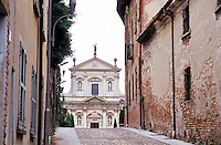 Montebello della Battaglia, paese in provincia di Pavia. La Chiesa dei Santi Gervasio e Protasio e sulla dx le mura del castello --- Montebello della Battaglia, village in the province of Pavia. The church of Saints Gervaso and Protasio and on the right the castle walls