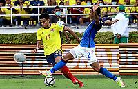 BARRANQUILLA – COLOMBIA, 10-10-2021: Diaz de Colombia (COL) y Danilo  de Brasil (BRA) dispután el balón durante partido entre los seleccionados de Colombia (COL) y Brasil (BRA), de la fecha 10 por la clasificatoria a la Copa Mundo FIFA Catar 2022, jugado en el estadio Metropolitano Roberto Meléndez en la ciudad de Barranquilla. / Diaz of Colombia (COL) and Danilo of Brasil (BRA) vie for the ball during match between the teams of Colombia (COL) and Brasil (BRA), of the 10th date for the FIFA World Cup Qatar 2022 Qualifier, played at Metropolitan stadium Roberto Melendez in Barranquilla city. Photo: VizzorImage / Jairo Cassiani / Contribuidor