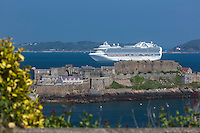 Royaume-Uni, îles Anglo-Normandes, île de Guernesey, Saint Peter Port: <br /> Castle Cornet et bateau de croisière // United Kingdom, Channel Islands, Guernsey island, Saint Peter Port: Castle Cornet and cruise ship