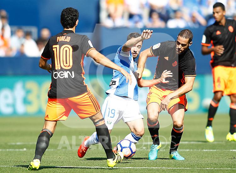 CD Leganes' Unai Lopez (c) and Valencia CF's Daniel Parejo (l) and Mario Suarez during La Liga match. September 25,2016. (ALTERPHOTOS/Acero)