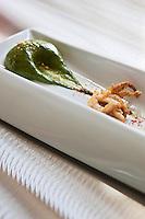 Europe/France/Aquitaine/64/Pyrénées-Atlantiques/Pays Basque/Biarritz: Emulsion Arnéguy, fromage Ossau Iraty AOC, aux épinards et chipirons recette de Philippe Lafargue du restaurant: Philippe