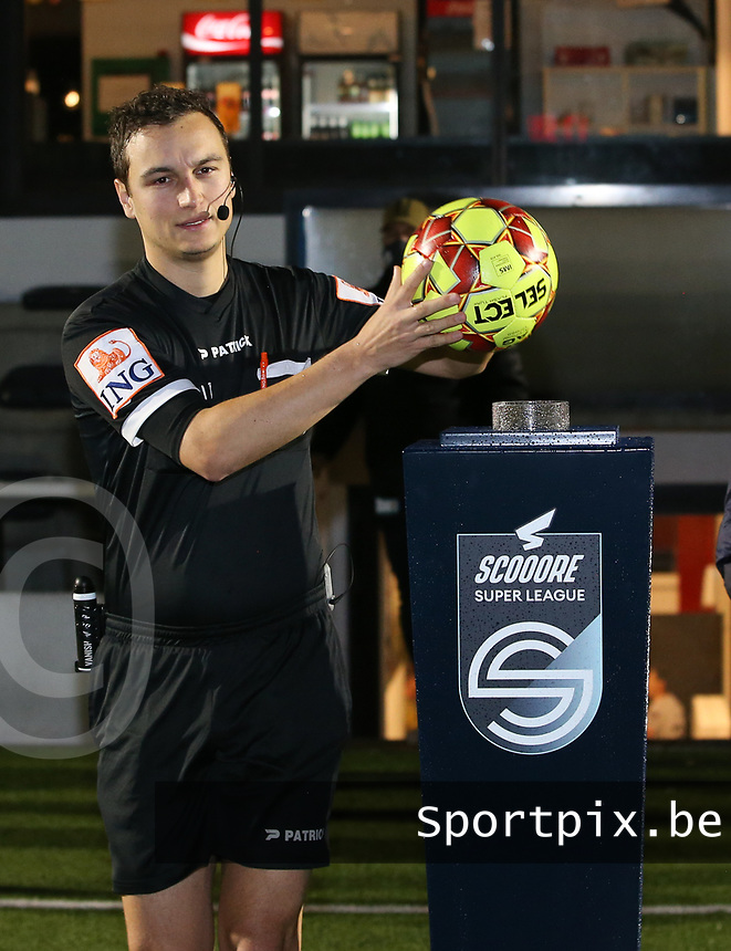 Match referee Michele Seeldraeyers picks up the match ball at the start of a female soccer game between Oud Heverlee Leuven and Sporting de Charleroi on the seventh matchday of the 2020 - 2021 season of Belgian Womens Super League , sunday 15 th of November 2020  in Heverlee , Belgium . PHOTO SPORTPIX.BE | SPP | SEVIL OKTEM