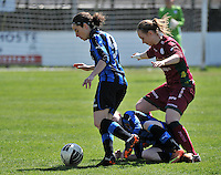 Dames Club Brugge - SV Zulte Waregem : Lore Dezeure aan de bal voor de liggende Yana Haesebroek en Catherine Szynal (rechts).foto DAVID CATRY / Nikonpro.be