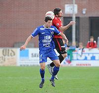 Sint Eloois Winkel Sport - FC Knokke :<br /> kopbalduel tussen Benjamin Lutun (R) en Niels Mestdagh (L)<br /> <br /> Foto VDB / Bart Vandenbroucke