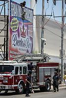 Suicida intenta quitarse la vida tratando de tirarse desde lo alto de un espectacular publicitario en Solidaridad y Progreso. Rescatado por bomberos de Hermosillo<br /> <br /> pclaves: homless, sin hogar, pobreza.