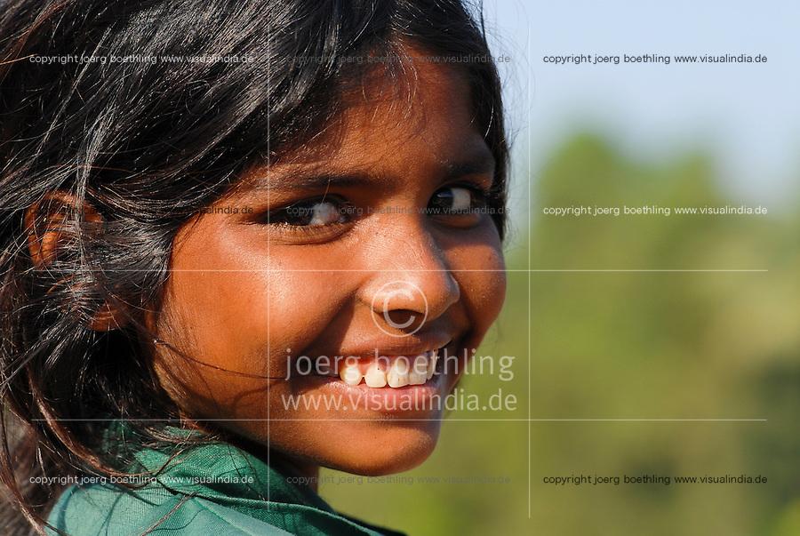 INDIA Karnataka , fishing nomads at river Phalguni, portrait of girl / INDIEN Karnataka Moodbidri , Fischer Familien mit ihren Kindern am Fluss Phalguni, Portraet eines Maedchen