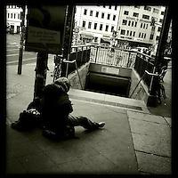 Obdachlos vor einem U-Bahnhof. Berlin Streetviews<br />8.5.2014, Berlin<br />Copyright: Christian-Ditsch.de<br />[Inhaltsveraendernde Manipulation des Fotos nur nach ausdruecklicher Genehmigung des Fotografen. Vereinbarungen ueber Abtretung von Persoenlichkeitsrechten/Model Release der abgebildeten Person/Personen liegen nicht vor. NO MODEL RELEASE! Don't publish without copyright Christian-Ditsch.de, Veroeffentlichung nur mit Fotografennennung, sowie gegen Honorar, MwSt. und Beleg. Konto:, I N G - D i B a, IBAN DE58500105175400192269, BIC INGDDEFFXXX, Kontakt: post@christian-ditsch.de<br />Urhebervermerk wird gemaess Paragraph 13 UHG verlangt.]
