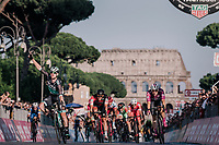 Sam Bennett (IRL/Bora-Hansgrohe) beats Elia Viviani (ITA/Quick Step Floors) in the final sprint in Rome in front of the majestic Colosseum<br /> <br /> stage 21: Roma - Roma (115km)<br /> 101th Giro d'Italia 2018