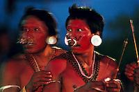 Índios Mathis ,do vale do Javarí no Amazonas, se preparam para demostração da zarabatana, uma das principais técnicas usadas para caçar durante os jogos indígenas de Marapanim no Pará.<br /> Marapanim, Pará, Brasil<br /> Foto: ©Paulo Santos<br /> 2002
