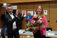Landrat Thomas Will (SPD) applaudiert der siegreichen Direktkandidatin Melanie Wegling (SPD) - Gross-Gerau 26.09.2021: Ergebnisse Bundestagswahl im Kreistag