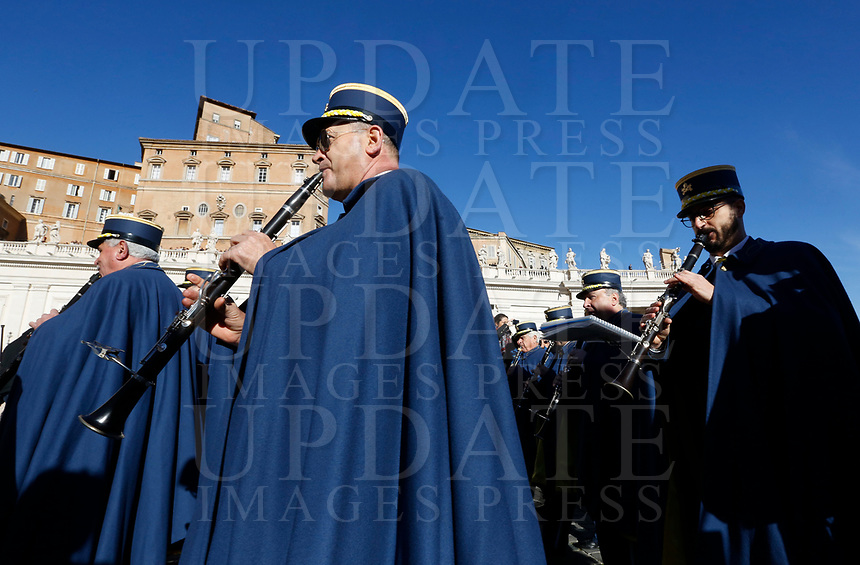 Vatican City, 25th December, 2018. Vatican Gendarmerie's band perform in St. Peter's Square before the Pope Francis' Urbi et Orbi (In Latin 'to the city and to the world' ) Christmas' day blessing from the central loggia of St. Peter's Basilica.<br /> © Riccardo De Luca UPDATE IMAGES/ Alamy Live News