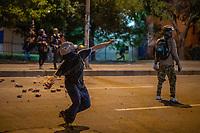 BOGOTA - COLOMBIA, 25-05-2021: Un manifestante lanza piedra con una cauchera al ESMAD (Escuadrón Móvil Antidisturbios de la Policía) durante los disturbios en el sector de las Américas de la ciudad de Bogotá durante el día 28 del Paro Nacional en Colombia hoy, 25 de mayo de 2021, para protestar contra el gobierno de Ivan Duque además de la precaria situación social y económica que vive Colombia. El paro fue convocado por sindicatos, organizaciones sociales, estudiantes y la oposición. / A protester throws a stone with a rubber band at the ESMAD (Police Anti-Riot Mobile Squad) during the riots at Portal Las Americas sector of the city of Bogota during the day 28 of the National strike in Colombia today, May 25, 2021, to protest against the government of Ivan Duque in addition to the precarious social and economic situation that Colombia is experiencing. The strike was called by unions, social organizations, students and the opposition in Colombia. Photo: VizzorImage / Diego Cuevas / Cont