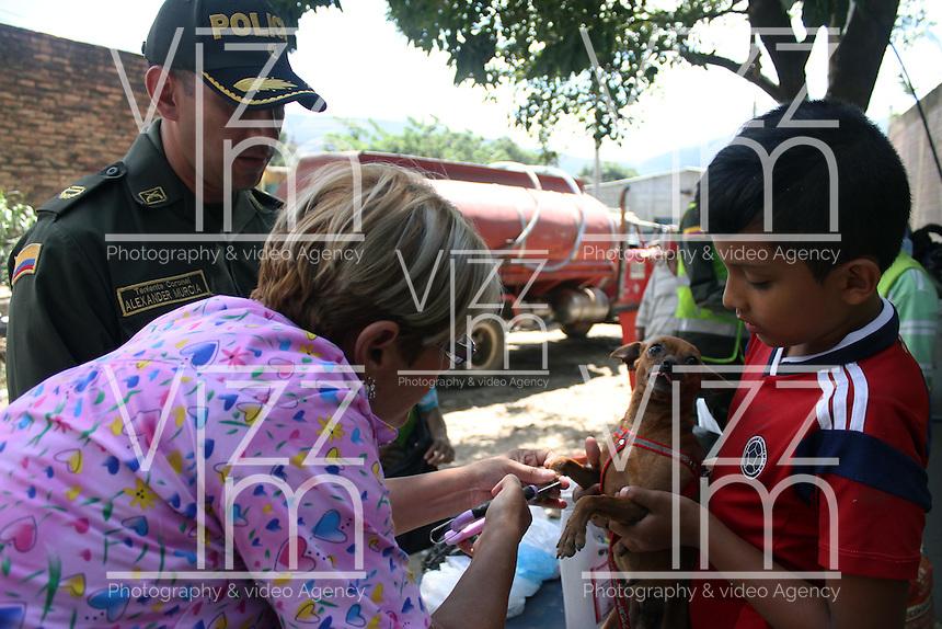 CUCUTA – COLOMBIA – 28-08-2015: Voluntarios ayudan a los Colombianos deportados desde Venezuela durante el octavo día de cierre de la frontera.  El cierre de la frontera Colombo Venezolana ordenado por Nicolas Maduro, Presidente de Venezuela, fue una medida que el mandatario sólo revocará cuando la situación de orden público se normalice en el sector fronterizo  del estado del Tachira (VEN) y el departamento de Norte de Santander (COL) . / Voluntiers help to the deported colombians during the eighth day of the border closure. The border clousure between Colombia and Venezuela was ordered by Venezuelan President, Nicolas Maduro; measure that president will revoke when the public order is restored in the border place of the state of Tachira (VEN) and department of Norte de Santander (COL). Photo: VizzorImage / Manuel Hernandez /