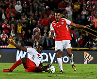 BOGOTÁ-COLOMBIA, 22–08-2019: Jefferson Duque de Independiente Santa Fe y Marlon Torres de América de Cali disputan el balón, durante partido de la fecha 7 entre Independiente Santa Fe y América de Cali, por la Liga Águila II 2019, jugado en el estadio Nemesio Camacho El Campín de la ciudad de Bogotá. / Jefferson Duque of Independiente Santa Fe and Marlon Torres of America de Cali fight for the ball, during a match of the 7th date between Independiente Santa Fe and America de Cali, for the Aguila Leguaje II 2019 played at the Nemesio Camacho El Campin Stadium in Bogota city, Photo: VizzorImage / Luis Ramírez / Staff.