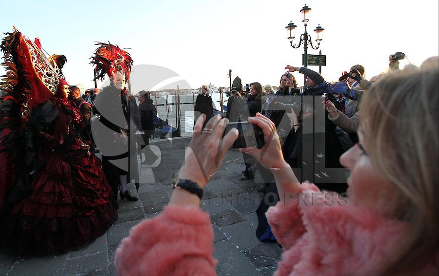 VENEZA, ITÁLIA, 05.02.2016: CARNAVAL-ITÁLIA - Pessoas com máscaras no tradicional Carnaval de Veneza, na Praça de San Marco, neste sábado (05). (Foto:Andrea Spinelli/Brazil Photo Press)