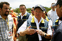 CUCUTA – COLOMBIA – 25-08-2015: Cientos de Colombianos deportados vuelven a Venezuela para llevar de regreso sus bienes a través de la frontera por el río Táchira.  Hoy se cumple el quinto día del cierre de la frontera Colombo Venezolana ordenado por Nicolas Maduro, Presidente de Venezuela, medida que el mandatario sólo revocará cuando la situación de orden público se normalice en el sector fronterizo  del estado del Tachira (VEN) y el departamento de Norte de Santander (COL) / Nicolas Maduro President of Venezuela, ordered the closure of the border of his country, with Colombia. / Hundred of deported Colombians comback to Venezuela to carry back their belongings  trhough  the border by the Tachira river. Today is the fifth day of the border clousure between Colombia and Venezuela ordered by Venezuelan President, Nicolas Maduro; measure that president will revoke when the public order is restored in the border place of the state of Tachira (VEN) and department of Norte de Santander (COL). Photo: VizzorImage / Manuel Hernandez /