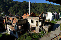 Srebrenica / Bosnia 2011.Resti delle case distrutte durante la guerra e sullo sfondo il minareto della moschea ricostruita con i finanziamenti dei sauditi dopo il ritorno dei musulmani..Foto Livio Senigalliesi