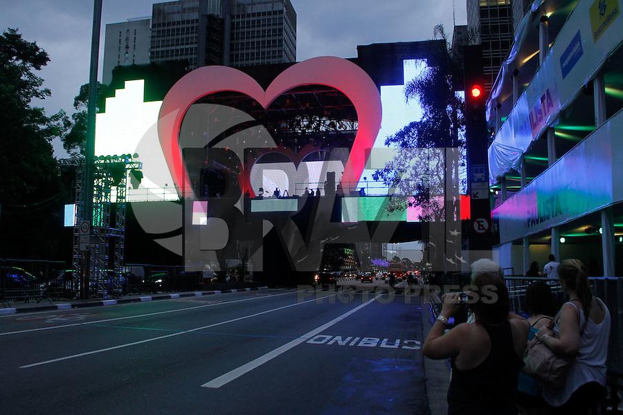 ATENCAO EDITOR IMAGEM EMBARGADA PARA VEICULOS INTERNACIONAIS -  SAO PAULO, SP, 30 DEZEMBRO 2012 - PALCO DA VIRADA - REVEILLON AV. PAULISTA - A passagem de som da banda Blitz deu um clima romance e final de ano na noite deste domingo(30) na Av. Paulista. Pedestrea aproveitaram para tirarem fotos e lotarem as calcadas ao redor do palco. (FOTO: AMAURI NEHN / BRAZIL PHOTO PRESS).