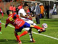 PASTO - COLOMBIA -22-10-2016: Robin Ramirez (Izq.) jugador de Deportivo Pasto disputa el balon con Luis Rodriguez (Der.) jugador de Envigado F.C., durante partido Deportivo Pasto y Envigado F.C., por la fecha 15 de la Liga Aguila II 2017, jugado en el estadio Departamental Libertad de la ciudad de Pasto.  / Robin Ramirez (L) player of Deportivo Pasto fights for the ball with Luis Rodriguez (R) player of Envigado F.C., during a match Deportivo Pasto and Envigado F.C., for the date 15th of the Liga Aguila II 2017 at the Departamental Libertad stadium in Pasto city. Photo: VizzorImage. / Leonardo Castro / Cont.