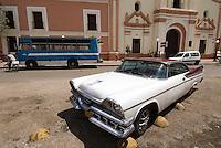 Cuba, Iglesia La Merced, Oldtimer in Camagüey, Unesco-Weltkulturerbe