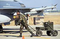 - carico di missili su un aereo F 16 nella base aerea  USA di Aviano (Pordenone)..- load of missile on a F 16  fighter in the USA air base  of Aviano (Pordenone, Italy).
