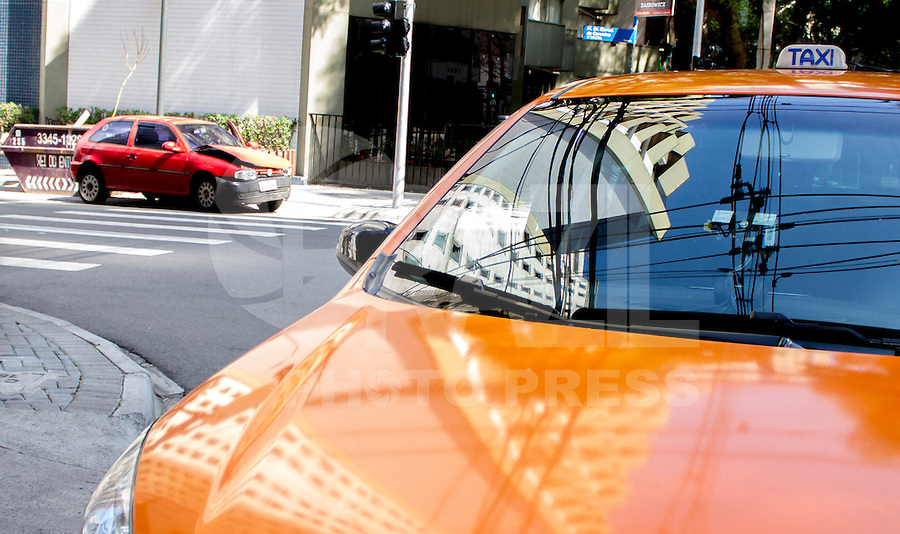 CURITIBA, PR, 15 DE DEZEMBRO 2013 –  TRÂNSITO / ACIDENTE / ALCOOLIZADO. Um motorista embriagado causou um acidente ao colidir com um táxi,  na tarde deste domingo(15), ao não respeitar o sinal vermelho, em um cruzamento na Alameda Dr. Carlos de Carvalho, no bairro centro, em Curitiba. Teste de bafômetro foi realizado em ambos condutores e o proprietário do veiculo gol vermelho ficou comprovado alto nível alcoólico de 2.00 [mg/l], muito além da dosagem mínima.  Segundo a militar, o motorista responderá criminalmente por embriaguez e por dano, caso o outro motorista envolvido prestar queixa, além de pagar as multas e perder a documentação que lhe permite dirigir. (FOTO: PAULO LISBOA  / BRAZIL PHOTO PRESS)
