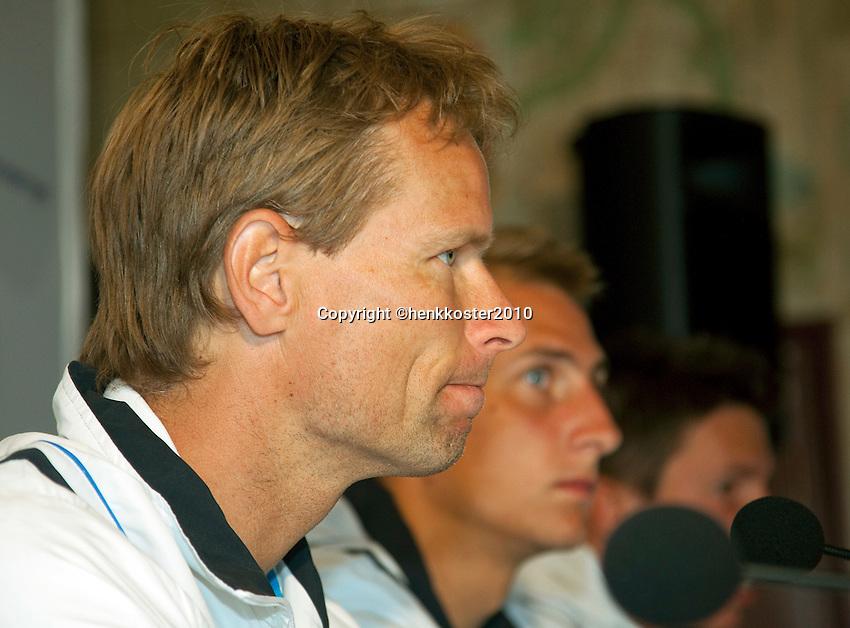 17-06-10, Tennis, Rosmalen, Unicef Open, Persconferentie Daviscup, Captain Jan Siemerink met op de achtergrond kopman Thiemo de Bakker