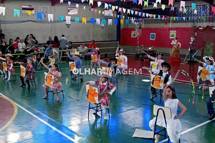 Crianças no colégio em festa junina. São Paulo. 2009. Foto de Juca Martins.
