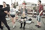 Groupe de jeunes underground durant une soirée organisée sur un pont désaffecté. En ukraine, de part et d'autre de la ligne de front, les jeunes tentent simplement de retrouver une vie normale et de continuer leur combat pour s'émanciper des vieux carcans hérités de l'ère soviétique, Kiev, Ukraine, août 2017.
