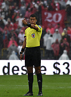 BOGOTA - COLOMBIA - 04 – 03 - 2018: Jhon Alexander Ospina, arbitro, durante partido de la fecha 6 entre Millonarios y America de Cali, por la Liga Aguila I 2018, jugado en el estadio Nemesio Camacho El Campin de la ciudad de Bogota. / Jhon Alexander Ospina, referee, during a match of the 6th date between Millonarios and America de Cali, for the Liga Aguila I 2018 played at the Nemesio Camacho El Campin Stadium in Bogota city, Photo: VizzorImage / Luis Ramirez / Staff.