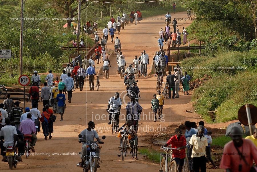 UGANDA Kitgum, refugees on the road / UGANDA Kitgum, Fluechtlinge auf einer Strasse zwischen Fluechtlingslager und Stadtzentrum