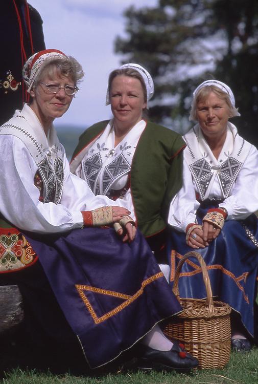 SWE, Schweden, Darlana, Leksand, Mittsommerfest, Einheimische in Typischen Trachten, Dalarna und der Siljansee im Zentrum Mittelschwedens gehoeren zu den schoensten und traditionsreichsten Gegenden dieser Region. Dalarna zeichnet sich besonders durch seine Folklore, Musik, die Trachten und die Mittsommerfeiern aus. Die Aufnahme zeigt Bewohner des Ortes Leksand in typisch historischen Trachten dieser Region anlaesslich der zu jedem Jahr stattfindenen Mittsommerfeiern in dieser Region. Hier in Dalarna wird urschwedisches Brauchtum noch gepflegt - die Midsommar-Feiern sind hier Tradionsbewusster als anderswo.<br /> [Fuer die Nutzung gelten die jeweils gueltigen Allgemeinen Liefer-und Geschaeftsbedingungen. Nutzung nur gegen Verwendungsmeldung und Nachweis. Download der AGB unter http://www.image-box.com oder werden auf Anfrage zugesendet. Freigabe ist vorher erforderlich. Jede Nutzung des Fotos ist honorarpflichtig gemaess derzeit gueltiger MFM Liste - Kontakt, Uwe Schmid-Fotografie, Duisburg, Tel. (+49).2065.677997, fotofinder@image-box.com, www.image-box.com]