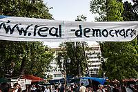Grecia Atene Indignados campeggiano di fronte al parlamento, manifesto web real-democracy Grèce Athènes Indignados en face du parlement,panneau web réel démocratie Greece Athens Indignados stand out in front of the parliament,