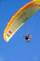 Italien, Umbrien, Gleitschirm-Flieger in Gubbio