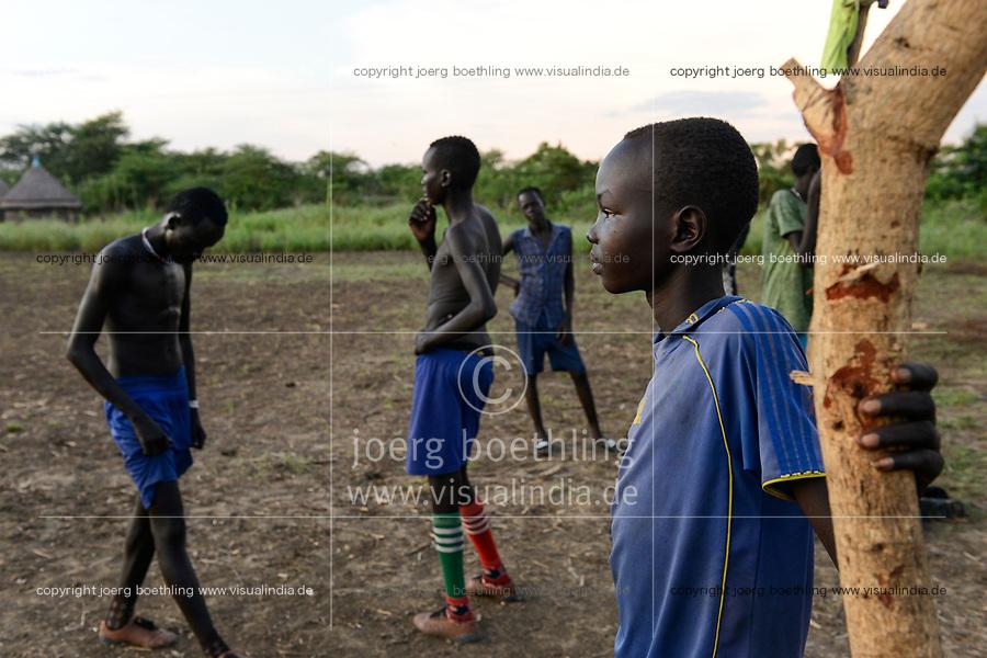 ETHIOPIA, Gambela, Nuer ethnic group, village Pilual, young people play soccer / AETHIOPIEN, Gambela, Region Itang, Dorf Pilual der Ethnie NUER, Fussballplatz im Dorf, Junge Bhan