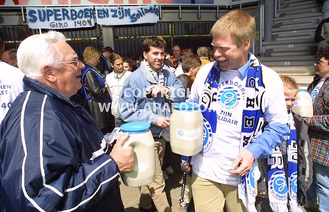 Doetinchem , 060501  Foto: Koos Groenewold/ APA Foto<br />De collecte tijdens de wedstrijd De Graafschap - NEC voor de door MKZ getroffen boeren bracht F 8400,- op<br />Jos Roemaat (r)(vrz GLTO) was ook van de partij