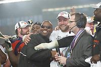 Head Coach Mike Jones jubelt mit Defensive Tackle Daniel Benetka (beide FRankfurt Galaxy)