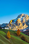 Italien, Suedtirol (Trentino - Alto Adige), oberhalb von Wengen (La Valle): Bergbauernhof, im Hintergrund der Heiligkreuzkofel (italienisch Sasso di Santa Croce) | Italy, South Tyrol (Trentino - Alto Adige), above Wengen (La Valle): mountain farmhouse and Heiligkreuzkofel (Italian Sasso di Santa Croce) at background