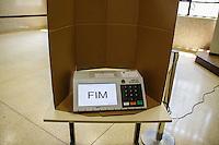 ATENCAO EDITOR IMAGEM EMBARGADA PARA VEICULOS INTERNACIONAIS -  SAO PAULO, SP, 28 OUTUBRO 2012 - ELEICOES SP - SEGUNDO TURNO  - Urna eleitoral no Colegio Santo Americo na regiao sul da capital paulista, neste domingo, 28. (FOTO: WILLIAM VOLCOV / BRAZIL PHOTO PRESS).