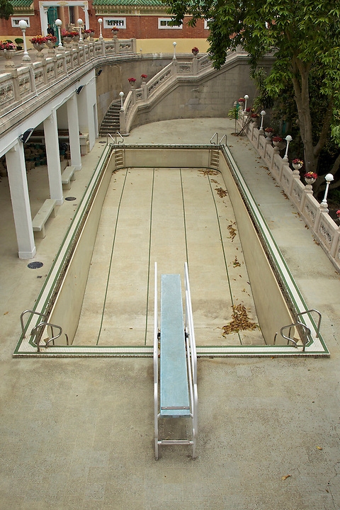 The very dry swimming pool.