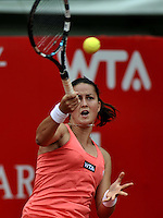 BOGOTA - COLOMBIA - FEBRERO 21-02-2013: Lara Arruabarrena de España, devuelve la bola a Flavia Penneta de Italia, durante partido por la Copa de Tenis WTA Bogotá, febrero 19 de 2013. (Foto: VizzorImage / Luis Ramírez / Staff). Lara Arruabarrena de España,  returns the ball to Flavia Penneta from Italy during a match for the WTA Bogota Tennis Cup, on February 21, 2013, in Bogota, Colombia. (Photo: VizzorImage / Luis Ramirez / Staff) .