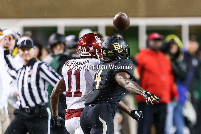 Oklahoma Sooners wide receiver Dede Westbrook (11) in action during the game between the Oklahoma Sooners  and the Baylor Bears at the McLane Stadium in Waco, Texas.