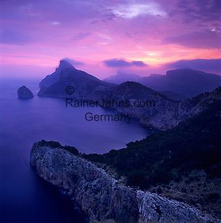 Spain, Mallorca, near Port de Pollenca (Puerto Pollensa); view over Cap de Formentor at dawn from Mirador es Colomer and Punta Nau   Spanien, Mallorca, bei Port de Pollenca (Puerto Pollensa): Blick zum Cap de Formentor bei Sonnenaufgang vom Aussichtspunkt Mirador es Colomer und Punta Nau