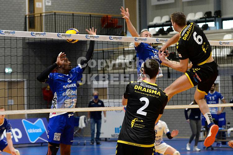 01-01-2021: Volleybal: Amysoft Lycurgus v Draisma Dynamo: Groningen Dynamo speler Nico Manenschijn slaat de bal langs het blok van Lycurgus speler Dennis Borst
