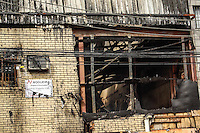 SAO PAULO, SP, 23 JUNHO 2012 - INCENDIO FABRICA DE TECELAGEM - Um incêndio de grandes proporções atingiu uma fábrica de tecelagem na rua James Holland, região da Barra Funda, na zona oeste da capital paulista, na madrugada deste sábado (23). De acordo com o Corpo de Bombeiros, o fogo teria começado por volta das 4h30. No momento, um total de 16 viaturas está sendo empregado para conter as chamas, mas o número pode aumentar. Não há informações sobre vitimas. (FOTO: LOLA OLIVEIRA / BRAZIL PHOTO PRESS).