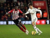 Pictured: Tom Carroll of Swansea (R) against Eljero Elia of Southampton (L) Sunday 01 February 2015<br />